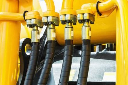 89358575-hydraulics-tractor-yellow-focus-on-the-hydraulic-pipes